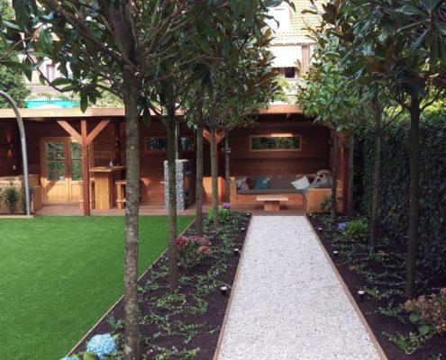 Tuin met hardhouten overkapping
