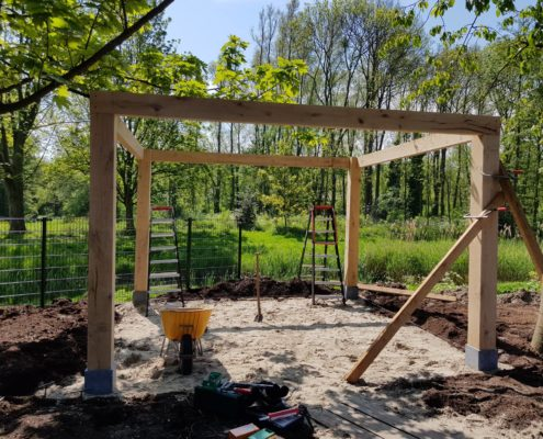 Veelzijdige tuin met overkapping en vijver