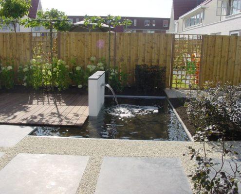Frisse tuin met spiegelvijver