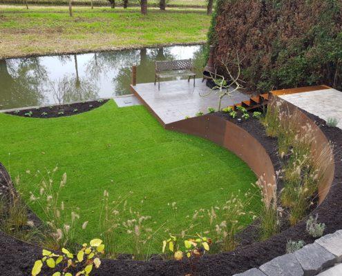 Tuin aan het water met hoogteverschillen